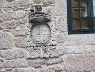 19 Derelict house with ancient coat-of-arms